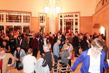 1月7日晚,神韻北美藝術團在德州沃斯堡市的首場演出大爆滿。圖為當晚貝斯演藝廳(Bass Performance Hall)內等待入場的觀眾。(唐薇/大紀元)