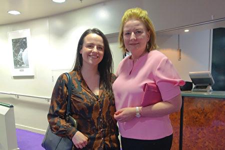 2019年1月8日晚,集團公司CFO Margarita O'malley女士(右)看過今年歐洲巡演首場後,讚歎神韻表現神蹟。(Jane Gray / 大紀元)