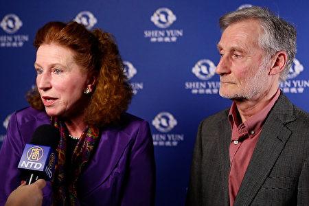 諮詢公司創始人David Paul和太太Catherine Hall一起觀看了神韻國際藝術團1月8日在英國沃金的首場演出。(新唐人電視台)
