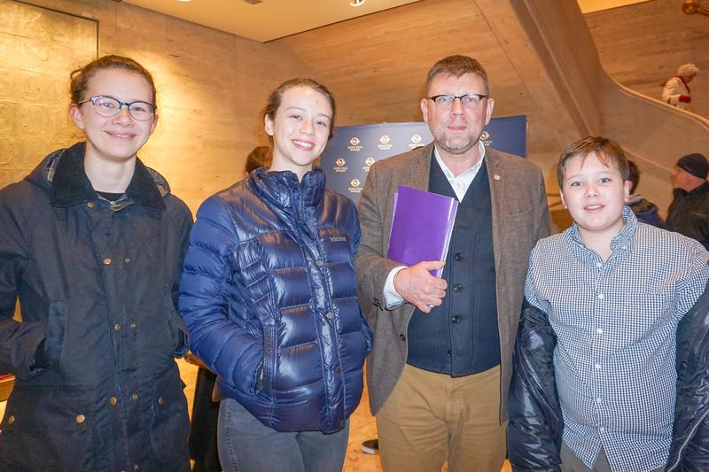 1月10日晚,華爾街銀行家Michi Jakob(右二)攜夫人及三個孩子觀看了神韻紐約藝術團今年在紐約市的首場演出。 (林南宇/大紀元)