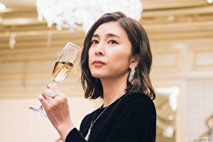 竹內結子於日劇《Queen醜聞專門律師》中飾演主角「冰見江」。(KKTV提供)