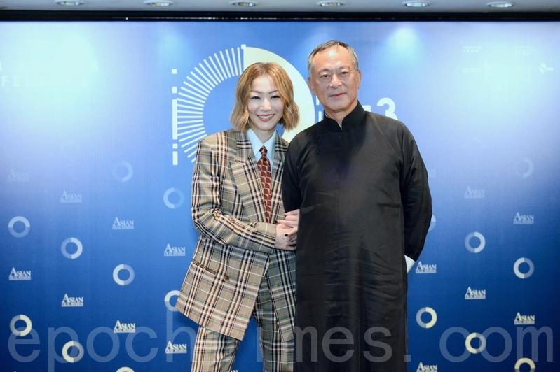 鄭秀文(左)和導演杜琪峯11日到尖沙嘴出席「第十三屆亞洲電影大獎頒獎禮」記者會,宣布本屆入圍名單。(宋碧龍/大紀元)