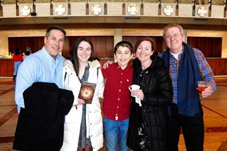 1月12日,Innovation公司首席執行官Thomas Boyer(右一)和全家人一同觀看了神韻紐約藝術團在紐約林肯中心的演出。(衛泳/大紀元)