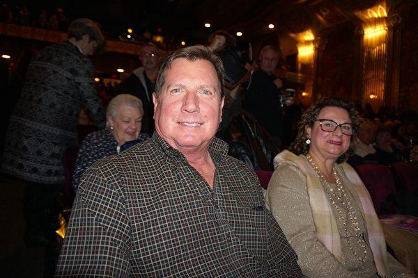 2019年1月12日下午,前NBC環球集團資深副總裁Thomas Smith觀看了神韻環球藝術團在美國奧羅拉市(Aurora)的第三場演出。(唐明鏡/大紀元)