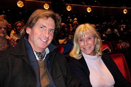 1月12日下午,百老匯芭蕾舞蹈家Steven Jones先生和Antje Bender女士觀看了神韻在林肯中心的演出。(麥蕾/大紀元)