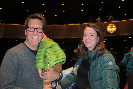 1月12日下午,華爾街投資家Judson Traphagen先生和妻子Megan Traphagen帶著三個孩子一起觀看了神韻在紐約的演出。 (麥蕾/大紀元)