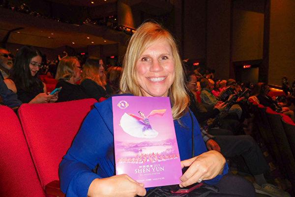 2019年1月12日下午,非牟利組織創辦人和主席Melissa Washington在美國加州首府沙加緬度欣賞了神韻演出。(張倩/大紀元)