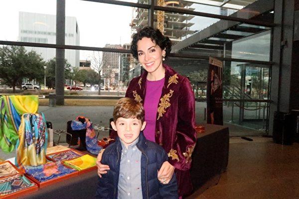 2019年1月12日下午,Arma Fitzgerald和家人在德州達拉斯AT&T演藝中心–溫斯皮爾歌劇院(AT&T Performing Arts Center–Winspear Opera House)觀看了神韻演出。(唐薇/大紀元)