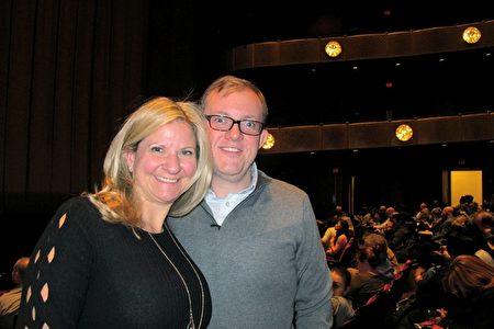 1月12日晚,保險公司副總裁Michael Venezia與妻子Nicole Venezia聯袂觀賞神韻紐約藝術團第四場演出。(麥雷/大紀元)