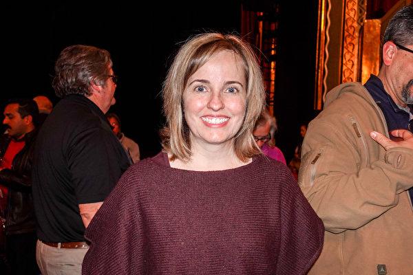 2019年1月12日晚,全球第三大人力資源公司萬寶華(Manpower Group)美國主席Becky Frankiewicz觀看了神韻環球藝術團在美國奧羅拉市(Aurora)的第四場演出。(萬樂瑞 /大紀元)