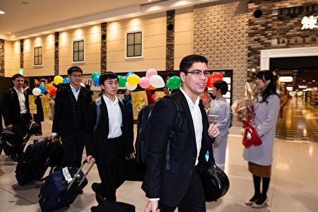 1月14日晚間,神韻世界藝術團抵達日本關西機場,開啟了神韻2019年度亞太巡演的旅程。(余鋼/大紀元)