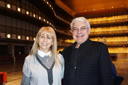 銀行CEO Michael夫婦1月16日下午觀賞神韻演出之後,分享神韻讓他們收穫的浪漫、驚喜與奇蹟。(林南宇/大紀元)