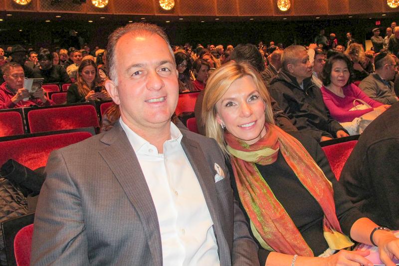 Eva Penson女士和男友觀看了1月16日晚上神韻在紐約的演出。(麥蕾/大紀元)