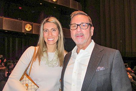 花旗銀行董事Alexis Minasian(左)與朋友、前紐約曲棍球隊訓練師Bruce Lifrieri觀看神韻1月16日晚在林肯中心的演出。 (麥蕾/大紀元)