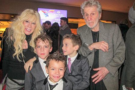 女性時裝設計師Jeanette Kastenberg(左)陪同父親、帶著3個孩子一起觀看了1月16日晚的神韻演出。(麥蕾/大紀元)