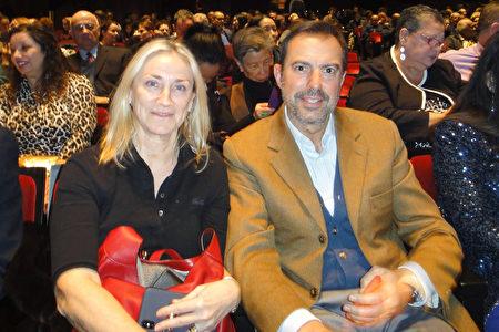 意大利裔紐約著名跨國珍貴珠寶商Roberto Capra夫婦觀賞1月16日晚的神韻演出。(滕冬育/大紀元)