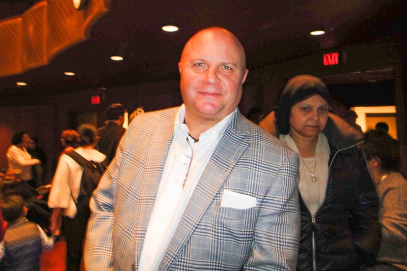 多家公司創辦人、公司總裁、華爾街金融業資深顧問Joe Hagan和家人觀賞了18日神韻在紐約的演出。(滕冬育/大紀元)
