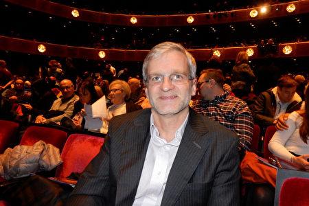 1月20日下午,古董公司A.R.S.Antiqua Co.LLC的總裁觀看了神韻紐約藝術團在紐約林肯中心大衛寇克劇院的第14場演出。(衛泳/大紀元)