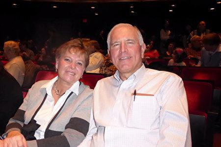 美國新澤西州RSI銀行董事長、總裁兼CEO David R. Taylor偕太太一同觀看了林肯中心2019季第14場神韻演出。(良克霖/大紀元)