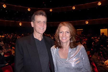 2019年1月20日下午,製片人Ted Maynard與太太Lenore Maynard觀看神韻紐約藝術團在紐約林肯中心大衛寇克劇院的最後一場演出後,讚歎神韻舞台與天幕的製作無懈可擊。 (良克霖/大紀元)
