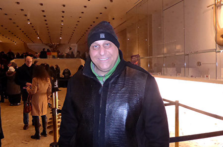 2019年1月20日下午,建築公司老闆Danniel Bospian與太太Melissa Bospian觀看美國神韻紐約藝術團在紐約林肯中心大衛寇克劇院的最後一場演出後,讚歎神韻製作不同凡響。(良克霖/大紀元)