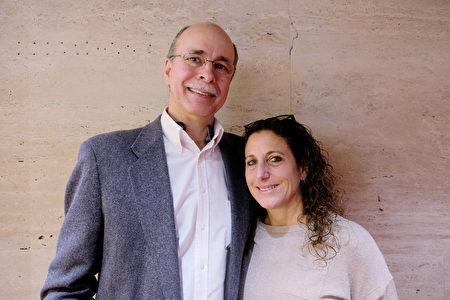 1月19日下午,奇異航空(GE Aviation)的銷售部總監Albert Suttmeier和友人在紐約林肯中心大衛寇克劇院,觀賞神韻紐約藝術團第14場演出。(何藝/大紀元)