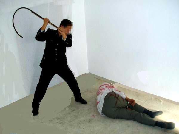 中共酷刑演示圖:毒打。(明慧網)