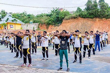 國立七巴淡高中的學生與老師們一起學煉法輪功。(明慧網)