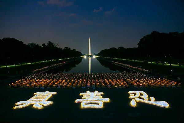 2002年7.20,來自世界各地的部份法輪功學員在華盛頓DC林肯紀念堂前舉行大型燭光夜悼音樂會,悼念在中國大陸被迫害致死的法輪功學員。(大紀元)