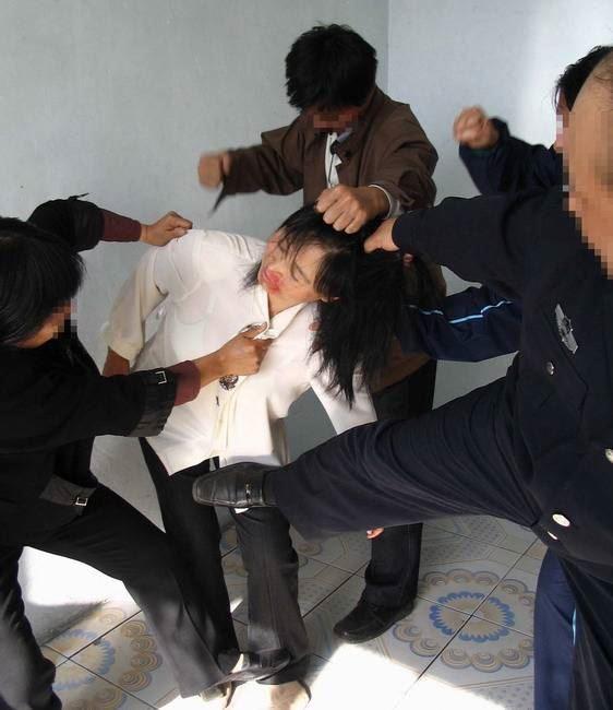中共酷刑演示:毆打。(明慧網)