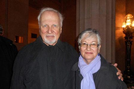 1月6日下午,獲獎詩人David Alpaugh和太太Maryjane觀看了神韻紐約藝術團在三藩市歌劇院的演出。(周容/大紀元)