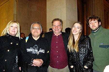 1月5日下午,資深電視製片人Karen Juve女士(左一)和在聖克拉拉大學(SCU)文理學院擔任總監的丈夫Bill Jaich先生(中)、友人Richard Chen先生(左二)及兩個孩子共五人一同在三藩市觀看了神韻在當地的演出。(麥蕾/大紀元)