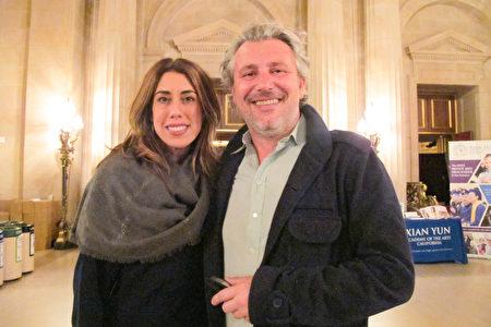 1月3日,Jenn Stokes女士和Pierre Freau先生觀看了神韻在三藩市的演出。(麥蕾/大紀元)