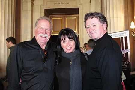 1月2日下午,加州brisbane市的市議員、arbonne國際護膚品公司的區域副總裁Karen Cunningham女士(中)和丈夫(右)及朋友一起觀賞了神韻在三藩市的演出。(麥蕾/大紀元)