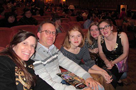 12月31日晚,軟件工程師Patrice Gautier先生和太太Lisa Gautier及三個孩子觀看了神韻紐約藝術團在三藩市的演出。(麥蕾/大紀元)