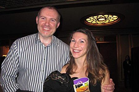 1月4日晚上,斯坦福教授Daibhid O Maoileidigh和未婚妻Jamie Harden觀看了神韻在三藩市的演出。(麥蕾/大紀元)