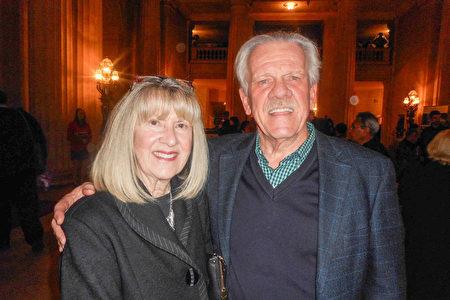 老兵療癒公司Help Heal Veteran的董事會主席John Meagher和太太1月3日觀看了神韻紐約藝術團在三藩市歌劇院的演出。(周容/大紀元)