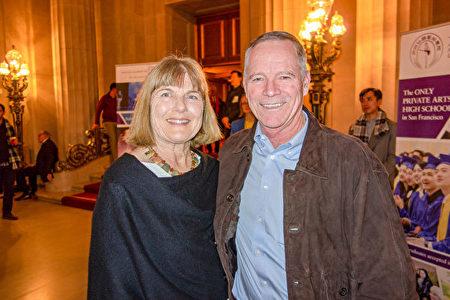 非牟利組織總裁John Donnelly夫婦,1月3日晚在三藩市觀看了神韻演出。(曹景哲/大紀元)