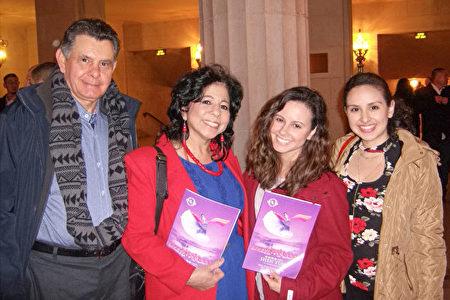 在加州州政府工作的環境科學家、化學家Nelida Cascillo-Padron帶全家觀看了神韻紐約藝術團在三藩市歌劇院2019年1月5日晚的演出。(於麗麗/大紀元)