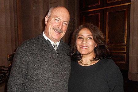 1月1日,物業經理Myriam Reginato和先生Ben觀看了神韻紐約藝術團在三藩市歌劇院的演出。(周容/大紀元)
