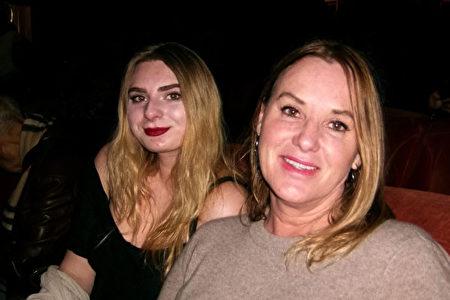 First Five執行董事Lisa Faulkner和女兒一起觀看了神韻紐約藝術團在三藩市歌劇院2019年1月2日下午的演出。(於麗麗/大紀元)