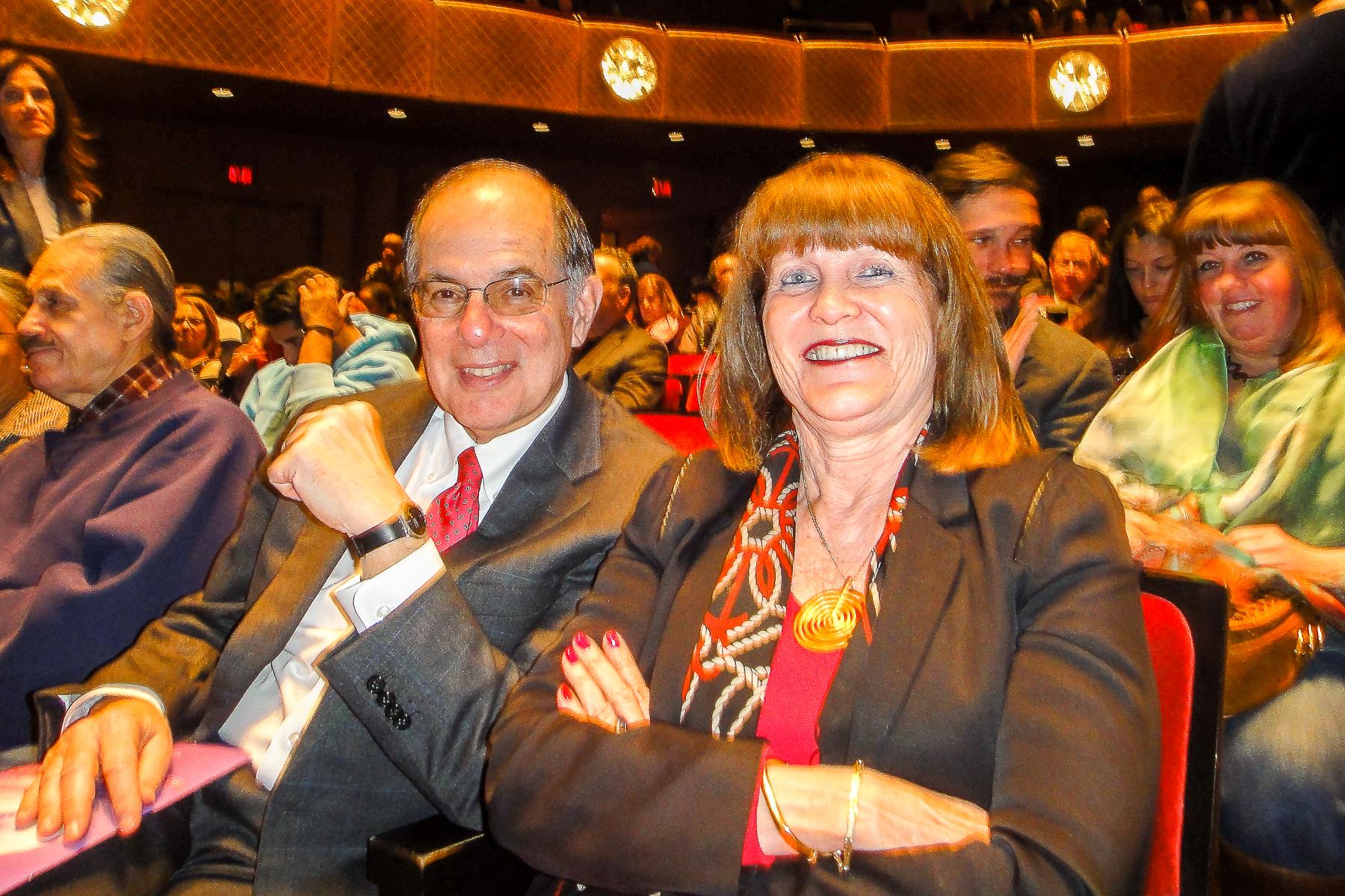 1月10日,美國著名喬伊斯劇院基金會(The Joyce Theater Foundation)副主席Steve Pesner和太太觀賞了神韻在紐約的首場演出。(滕冬育/大紀元)
