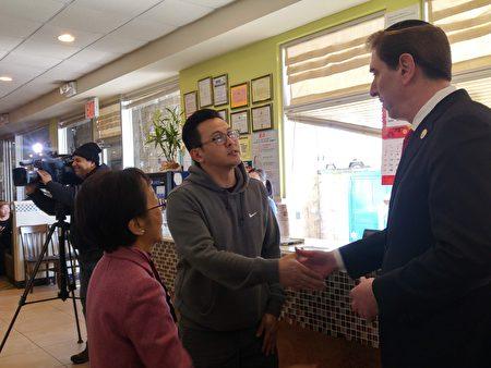 市議員康德全向海港城代理經理Edwin Cheng表達慰問之意。左為陳倩雯市議員。