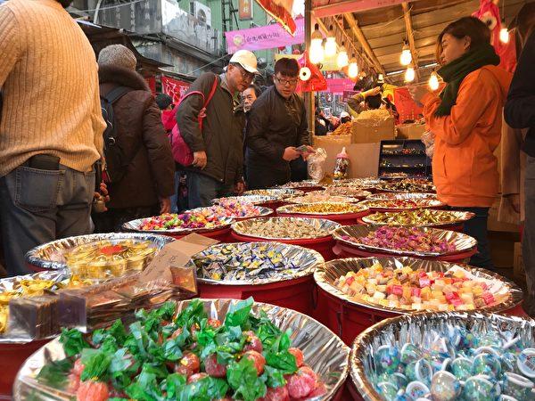 台北迪化街是傳統辦年貨的街市,過年聚人氣。圖為賣糖果的商店。 (李怡欣/大紀元)