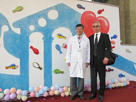 院長黃瑞仁(左)感謝林榮三基金會代表,現任聯邦銀行總經理林鴻聯(右)捐贈整修工程。