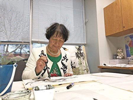 嚴成碧目前在溫哥華的一所中文學校教授畫國畫。(陳璐/大紀元)