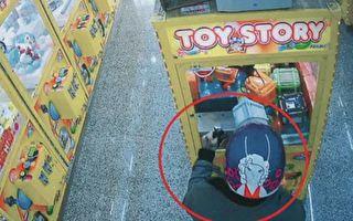 测试一下磁铁 男子准备窃取娃娃机内物品被逮