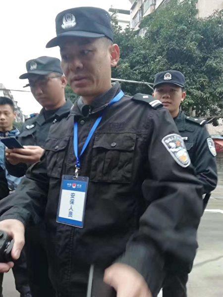 5日上午7點多,廣東省司法廳門前已有大批警察和便衣人員,不時截停過往車輛及行人進行檢查。(受訪者提供)