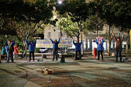 法轮功学员元旦清晨在县府前广场炼功;也参加108年元旦升旗大典,欢庆国运昌隆。