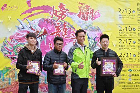 苗栗市長邱鎮軍感謝義務教練教導學生糊龍與舞龍的技藝。